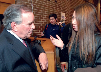 hicago Mayor Richard M. Daley talks with business administration alumna Lucy Chen